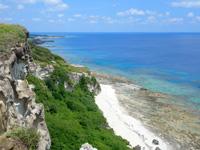 粟国島の筆ん崎 - 眼下の海は遠回りすれば行けます