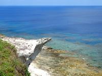粟国島の筆ん崎 - 飛び込み台のような岩も