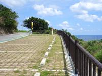 粟国島の西ヤマトゥガー/ヤヒジャ海岸へ降りる階段/駐車場/展望台 - 駐車場まで整備されていますが・・・