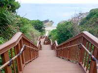 粟国島の西ヤマトゥガー/ヤヒジャ海岸へ降りる階段/駐車場/展望台 - 階段はかなりの段数