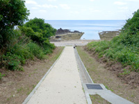 粟国島の西ヤマトゥガー/ヤヒジャ海岸へ降りる階段/駐車場/展望台 - 海まで下りることができます
