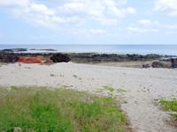 粟国島の西ヤマトゥガー/ヤヒジャ海岸へ降りる階段/駐車場/展望台 - 海岸線に出ると西ヤマトゥガーが目の前