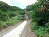 粟国島の西ヤマトゥガー/ヤヒジャ海岸へ降りる階段/駐車場/展望台 - 行きはよいよい帰りは怖い