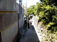 阿嘉島の阿嘉の集落 - 裏に入るとこんな小道も