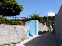 阿嘉島の阿嘉の集落 - 個性のある建物、壁があります