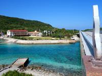慶留間島の慶留間橋/慶留間大橋 - 橋の西側には学校と凄い海の色!