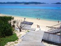 阿嘉島のニシ浜/北浜 - 海に向かう階段がイマイチに・・・