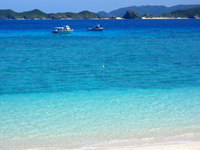 阿嘉島のニシ浜/北浜 - 濃い青色から先はサンゴなどの岩礁