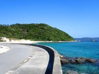 阿嘉島の阿嘉ビーチ - 以前より道路が整備されました!