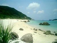 阿嘉島のニシ浜南のはずれ - 端なのでニシ浜の全景が一望