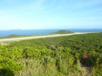 外地島の外地展望台 - 空港滑走路も一望できますが・・・