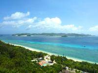 阿嘉島のニシ浜展望台 - 座間味島側を見る