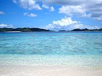 阿嘉島のニシ浜北のはずれ - 海の透明度は抜群