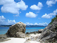 阿嘉島のニシ浜北のはずれ - この岩でメインのニシ浜と区切り