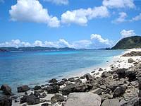 阿嘉島のニシ浜北のはずれ - 遠くにメインのニシ浜が見える