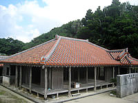 慶留間島の高良家住宅 - 壁の上から覗けばこの程度は見れます