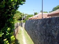 慶留間島の慶留間の道 - ペンション脇から高良家まで繋がる小路