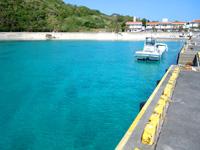 慶留間島の慶留間の港 - 港脇の海が綺麗すぎる!
