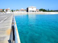 慶留間島の慶留間の港 - 外地側の海の色はもはやプール!