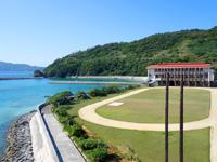 慶留間島の慶留間小学校/中学校 - 校庭も芝生なんて羨ましい!
