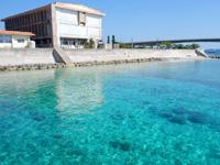 慶留間島の慶留間小学校/中学校 - 港側は海だけどほとんどプール