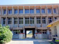 慶留間島の慶留間小学校/中学校 - 集落からの学校入り口
