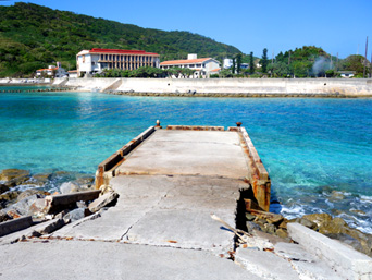 外地島の慶留間橋の下/桟橋/世界平和記念碑「外地島にも港?桟橋のみですが・・・」