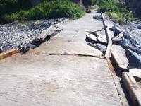 外地島の慶留間橋の下/桟橋/世界平和記念碑 - 老朽化して一部崩壊しています