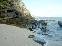 阿嘉島の砂白島へのルート - ヒズシビーチ左の岩づたいで砂白島へ