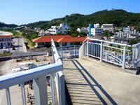 阿嘉島の阿嘉大橋らせん階段 - 階段上からは集落も一望