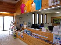 阿嘉島のさんごゆんたく館/慶良間諸島国立公園ビジターセンター - 事務員がいる場所は販売コーナーも兼ねている