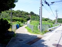 慶留間島の慶留間島横断道 慶留間集落側 - 拝所への道とお間違えなく(左:拝所・右:横断路)