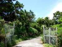 慶留間島の慶留間島横断道 慶留間集落側 - 途中に謎のゲートあり