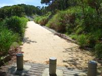慶留間島の慶留間島横断道 慶留間集落側 - 途中で旧道と新道を区分する車止めあり