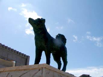 阿嘉島のシロの像「力強く座間味島を向いています」
