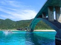 阿嘉島の阿嘉大橋 - フェリーは無理だけど通常の船は下を通る