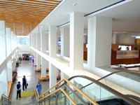 奄美大島の奄美空港 - 出発ロビーから到着ロビーを見る