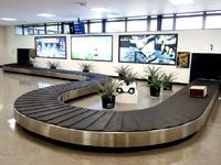 奄美大島の奄美空港 - 海に突き出した滑走路