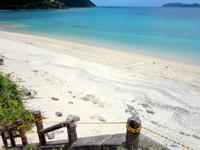 奄美大島の倉崎海岸/倉崎ビーチ - ビーチに降りる階段も倉崎海岸ならでは