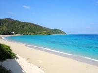 奄美大島の倉崎海岸/倉崎ビーチ - 円弧を描く絵に描いたような南国ビーチ