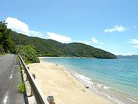 奄美大島の白浜海岸 - 海岸線を走る道路