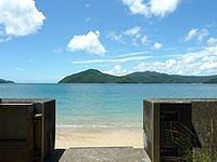奄美大島の白浜海岸 - ビーチ入口です