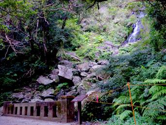 フナンギョの滝への道のり