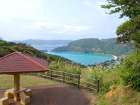 奄美大島のハートが見える展望台 - ベンチに座るとハートには見えない(意味あるの?)