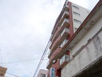 奄美大島のしまバス/道の島交通本社営業所 - 上がウイークリーマンションの高層の建物