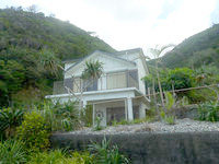奄美大島の崎原漁港/海岸 - 唯一ある建物だが微妙・・・