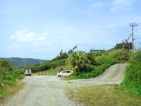 奄美大島のビラビーチ/ハート岩への入口 - 幹線道路側に駐車スペース有り