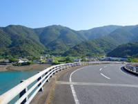 奄美大島の久根津大橋/スカイブリッジ - 曽津高崎方面は海に向かって下る橋