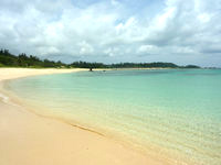 奄美大島の土盛海岸/ビーチ - 円弧を描く気持ちが良い波打ち際