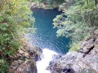 奄美大島のマテリヤの滝 - 滝上に橋が架かっていて上からも望める